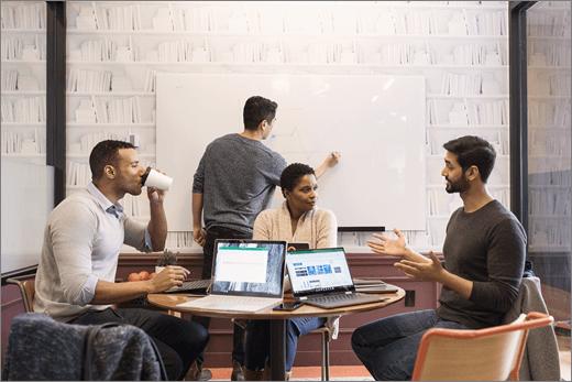 Equipa trabalha em conjunto na reunião