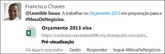 Um item de newsfeed que contém uma @menção, uma ligação de documento e uma #etiqueta