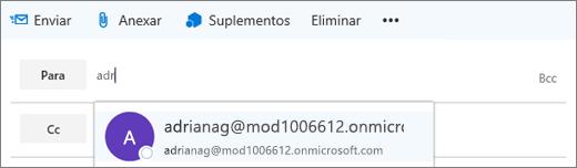 Captura de ecrã a mostrar a linha Para de uma mensagem de e-mail com a opção de eliminar o endereço de e-mail do destinatário. No campo Para, a funcionalidade Conclusão Automática fornece o endereço de e-mail para o destinatário com base nas primeiras letras escritas do nome do destinatário.