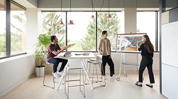 A fazer uma apresentação no Surface Hub