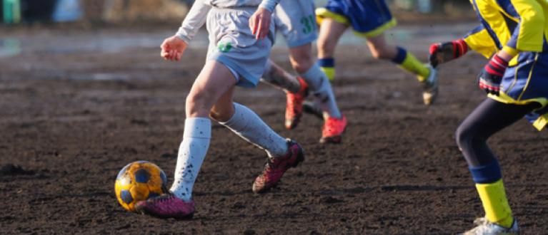 fotografie cu jucători de fotbal lovind mingea