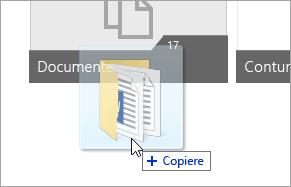 Captură de ecran cu un cursor glisând un folder în OneDrive.com