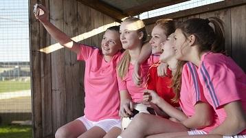 fotografie cu o echipă sportivă făcând un selfie