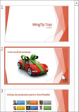 Faceți clic pe diapozitiv în Panoul de miniaturi