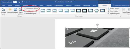Butonul Comprimare imagine în grupul Ajustare din fila Formatare - Instrumente imagine