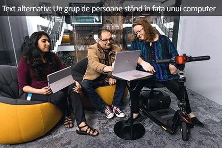 Un grup de persoane care stau în fața unui computer