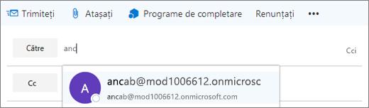 Captura de ecran afișează linia Către a unui mesaj de e-mail, cu opțiunea de a șterge adresa de e-mail a destinatarului.  În câmpul Către, caracteristica de Completare automată furnizează adresa de e-mail pentru destinatar pe baza primelor câteva litere tastate din numele destinatarului.