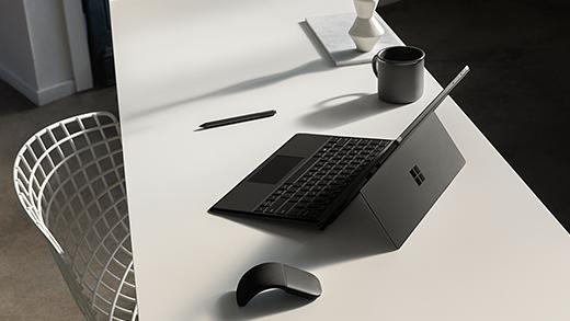 Imagine cu Surface Pro 6 pe un birou