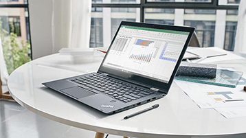 Ноутбук с приложением Excel на экране