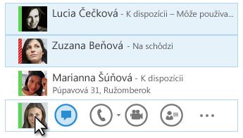 Snímka obrazovky s kontaktmi a zobrazením ich stavu a zvýraznenou ikonou Okamžité správy