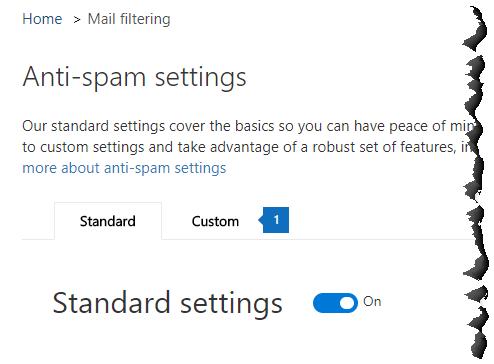Táto snímka obrazovky zobrazuje umiestnenie stránky ochrany pred nevyžiadanou poštou a karty Vlastné v Centre zabezpečenia a dodržiavania súladu.