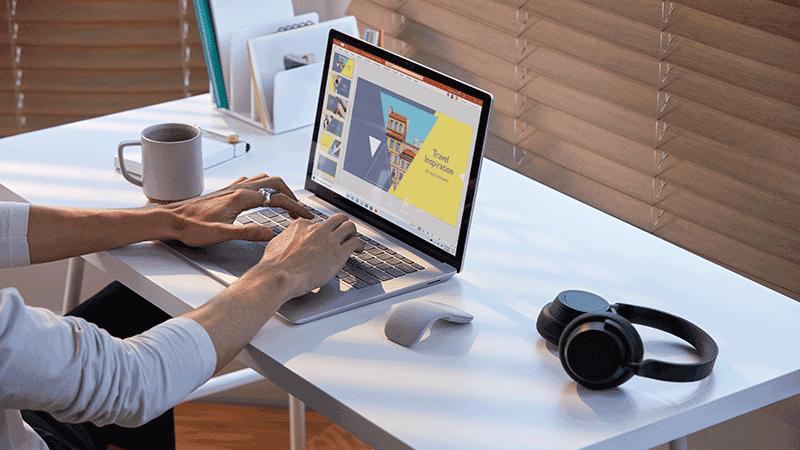 Práca na zariadení Surface Book.