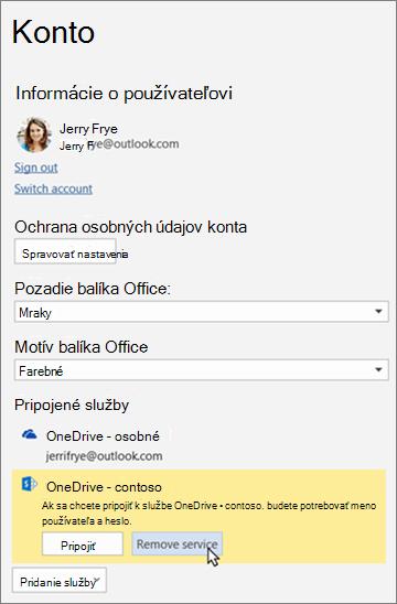 Tabla Konto vaplikáciách balíka Office so zvýraznenou možnosťou Odstrániť službu včasti Pripojené služby.