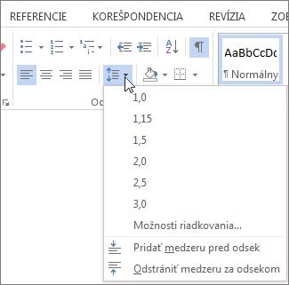 Snímka obrazovky na karte Domov vo Worde, znázorňujúca ponuku riadkovanie a medzery medzi odsekmi.