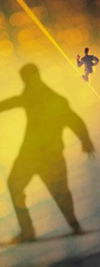 osoba chodiaca po lane
