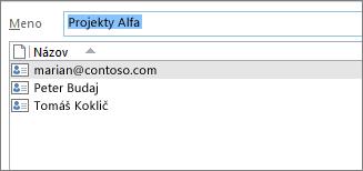 Dvojitým kliknutím na skupinu kontaktov sa otvorí zoznam členov