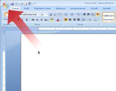 Šípka ukazujúca na tlačidlo Microsoft Office