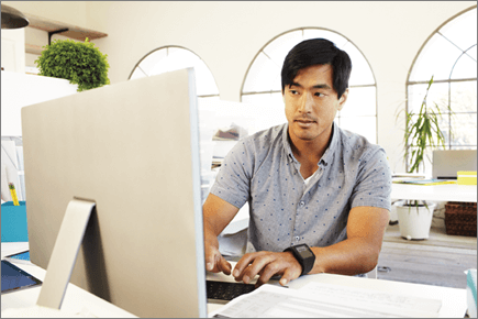 Fotografia muža pracujúceho na počítači