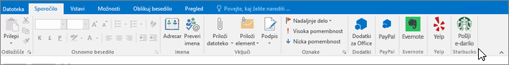 Posnetek zaslona Outlookovega traku s fokusom na zavihku »Sporočilo«, kjer kazalec kaže na dodatke na skrajni levi strani. V tem primeru so to Officeovi dodatki PayPal, Evernote, Yelp in Starbucks.