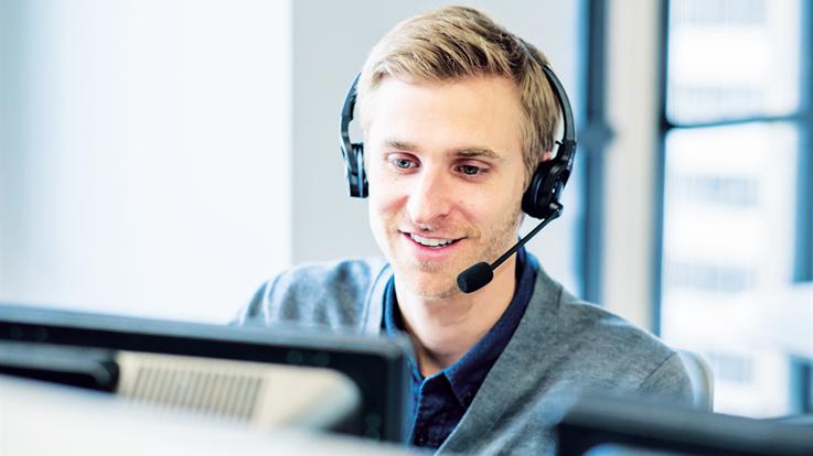 Slika moškega s slušalkami.