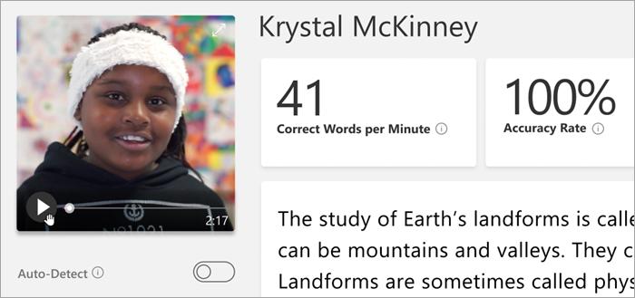 Posnetek zaslona podokna za ocenjevanje učiteljev. Črni študent se smeji v videoposnetku še vedno v zgornjem levem kotu. Kazalec na gumbu za predvajanje na videoposnetku se še vedno premakne nad gumb za predvajanje. Kartice so vidne na desni strani, ki označujejo Pravilne besede na minuto in Hitrost točnosti. Del odlomka je viden, vendar še ni bil razvrščen. Gumb z imenom »Samodejno zaznaj« je izklopljen