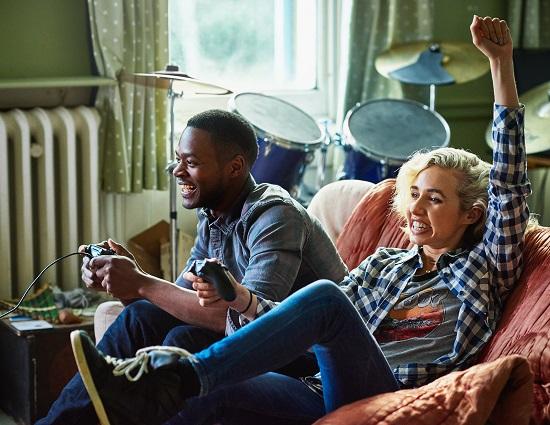 fotografija dveh teems playing video games.