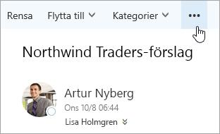 En skärmbild av knappen Fler kommandon på menyraden i Outlook.