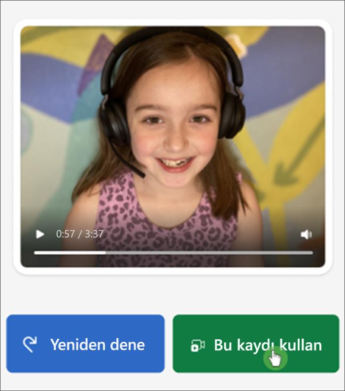 """Okuma ilerlemesinde öğrenci görünümünün ekran görüntüsü; birkaç eksik dişiyle kameraya gülümseyen beyaz bir kız ve altında """"yeniden dene"""" ve """"bu kaydı kullan"""" düğmeleri"""