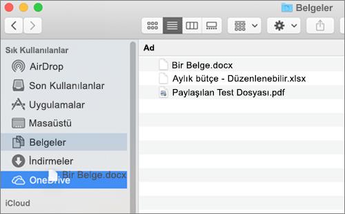 Dosyaları taşımak için sürükle ve bırak özelliğini gösteren Mac Finder penceresi