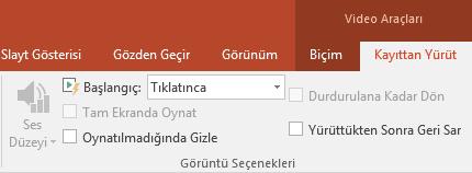 PowerPoint şeridindeki Kayıttan Yürüt sekmesinde video oynatmaya yönelik seçenekler vardır.