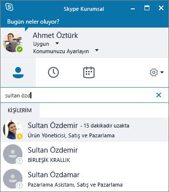 Eklenecek kişi aranırken Skype Kurumsal penceresinin ekran görüntüsü.