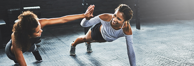 Birlikte egzersiz yapan iki kadının görüntüsü