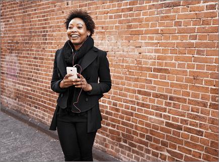 Mobil cihaz ekranında gösterilen bir kadın