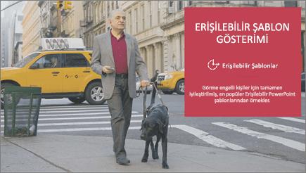 Rehber köpeği eşliğinde yürüyen görme engelli bir adam