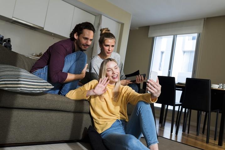 фотографія друзів, які спілкуватися у відеочаті з пристроєм;