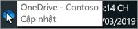 Một ảnh chụp màn hình hiển thị con trỏ đang di qua biểu tượng OneDrive màu lam trên thanh tác vụ, kèm theo văn bản có nội dung OneDrive - Contoso.