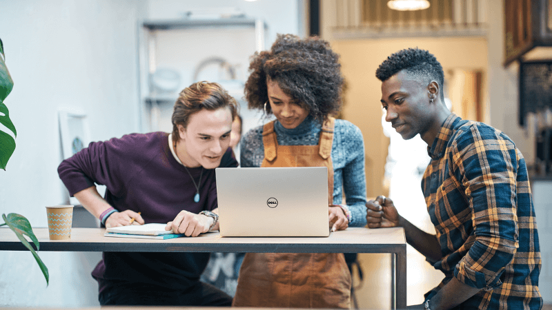 Ba thanh niên nhìn vào màn hình máy tính xách tay