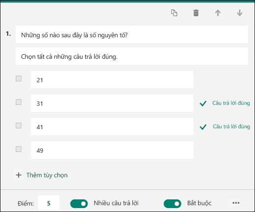 Câu hỏi trong bài kiểm tra được hiển thị với các tùy chọn có đánh dấu câu trả lời chính xác.