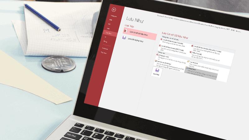 Máy tính xách tay với màn hình hiển thị một cơ sở dữ liệu Access đang được lưu.