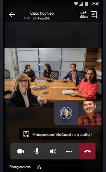 Hình ảnh cuộc họp trực tuyến của các nhóm với phòng hội thảo đầy đủ của những người đang nói chuyện với hai người dự cuộc họp khác.