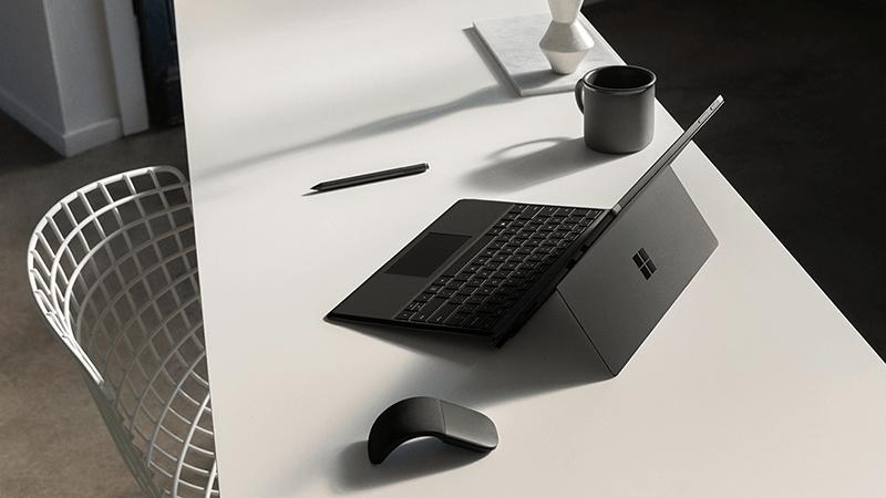 桌上的 Surface Pro 和鼠标