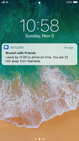 """显示带有 Outlook 通知的移动屏幕,上面写着""""与朋友共进早午餐""""。 请 11:08 前出发以准时到达。 离阿拉米达市只有 22 分钟的路程。"""""""