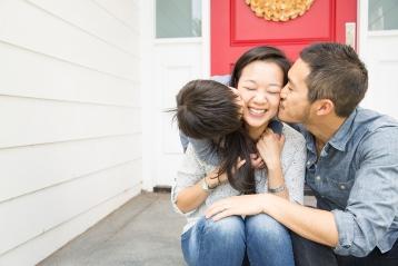 在前廊上擁抱的一家人