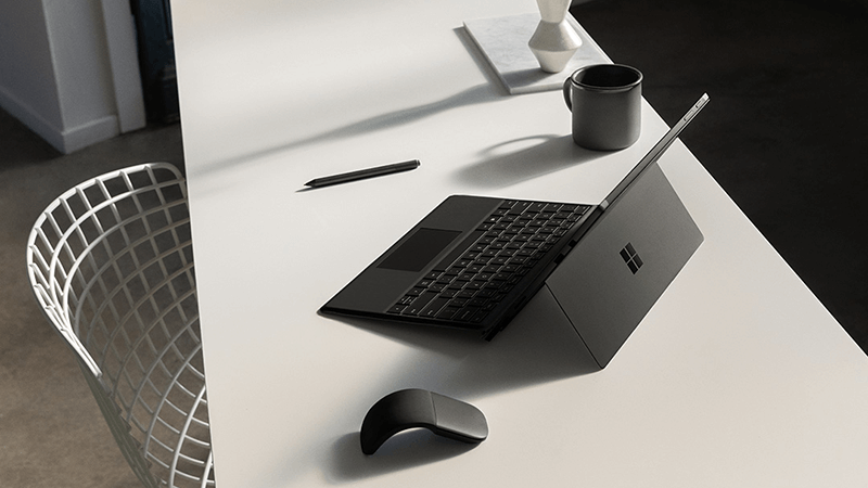 在桌上的 Surface Pro 和滑鼠