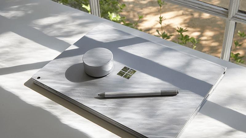 桌上的 Surface Book、Surface Dial 和 Surface 手寫筆