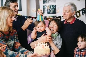 一個慶祝嬰兒的第一個生日的家庭