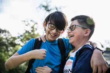 兩個正在笑的小男孩